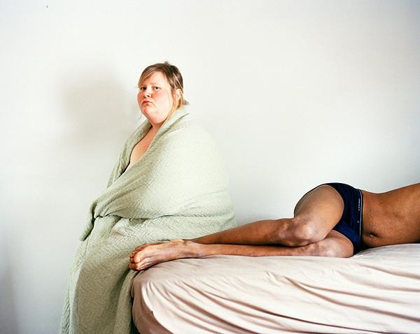 сама себя фотографирует полная женщина