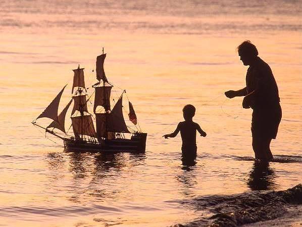 папа и сын плывут на лодке по течению
